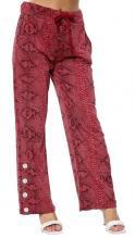 Viininpunaiset housut käärmekuviolla