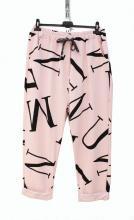 Vaaleanpunaiset joggersit kirjaimilla
